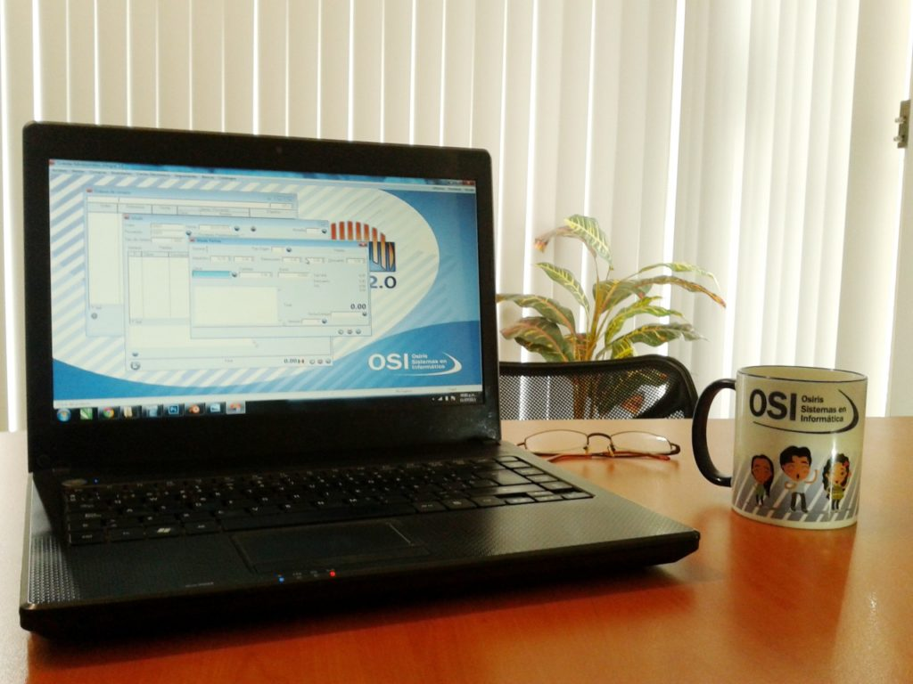 SiSAI 2.0 en una computadora portátil con una taza de café a un lado con el logo de la empresa